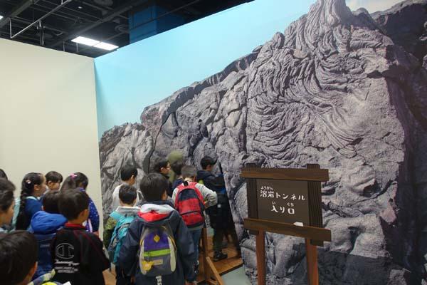 溶岩トンネルをくぐる子どもたち