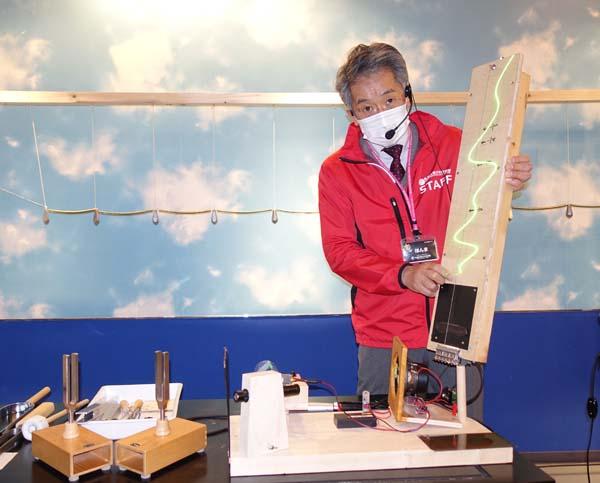 実験器具を持つスタッフ