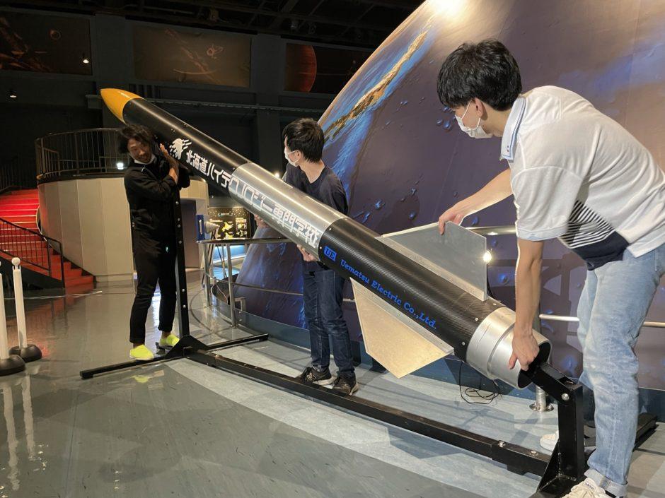 KAMUI型ハイブリッドロケットを展示している様子